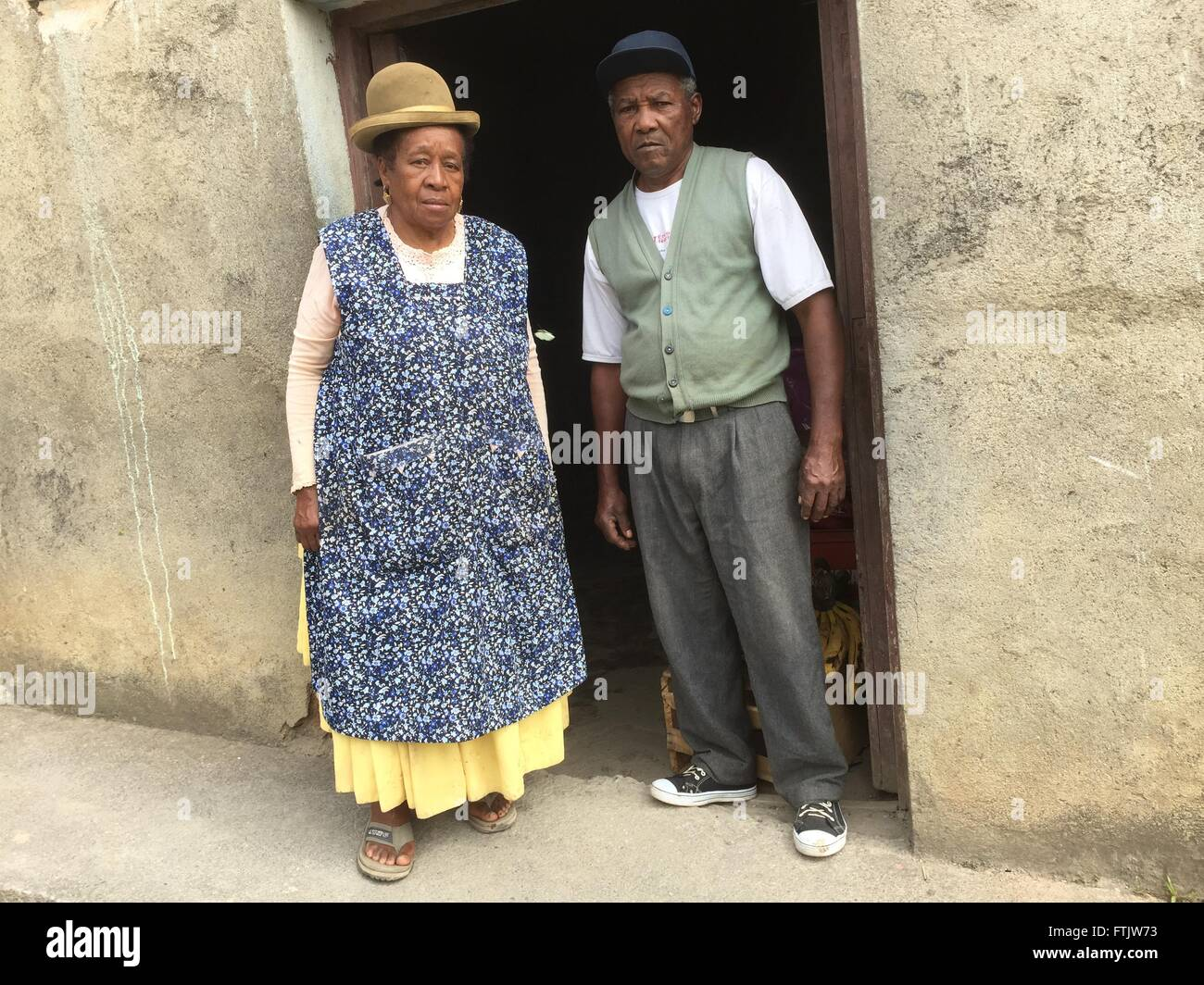 Mururata, Bolivia. 19th Jan, 2016. King Julio and his wife Angelica standing outside their home in the village of - Stock Image