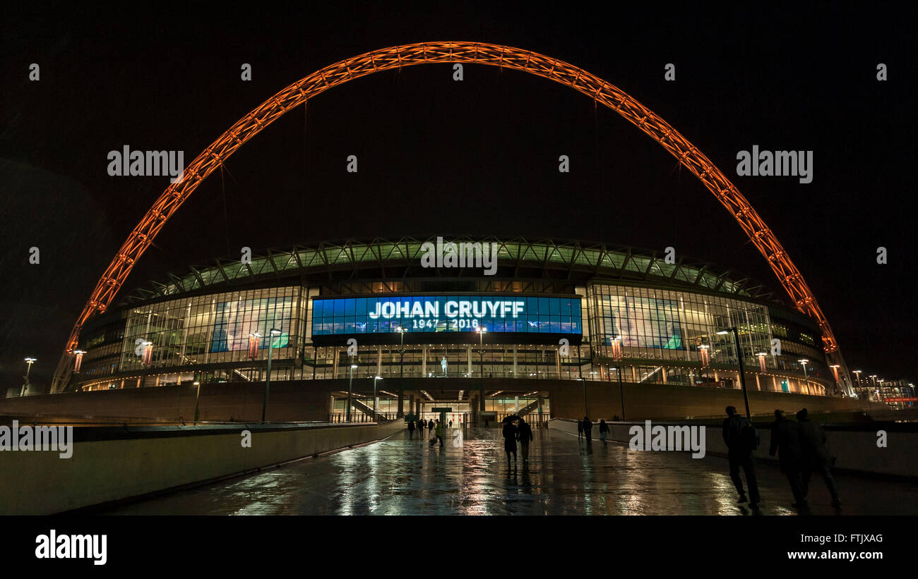 London, UK.  29 March 2016.  The friendly match at Wembley Stadium between England and the Netherlands is paused Stock Photo
