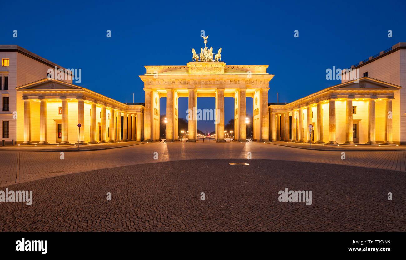 Berlin's Brandenburg Gate (Brandenburger Tor) at dusk - Stock Image