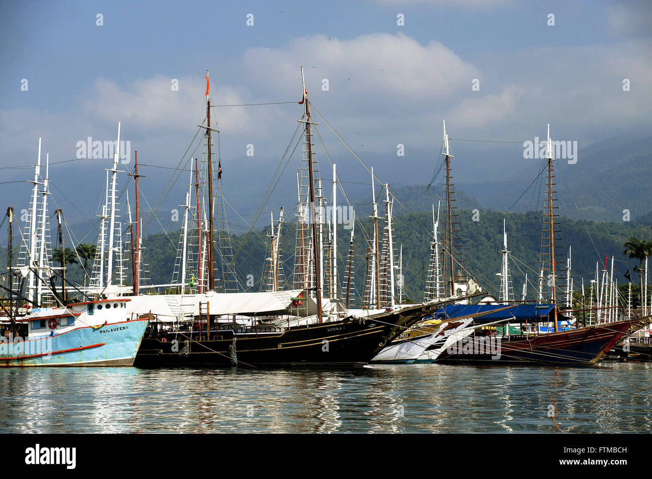 Detail of boats anchored in the bay of the historical city of Parati - Stock Image