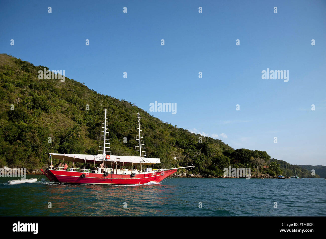Schooner anchored in the bay of the historical city of Parati - Stock Image
