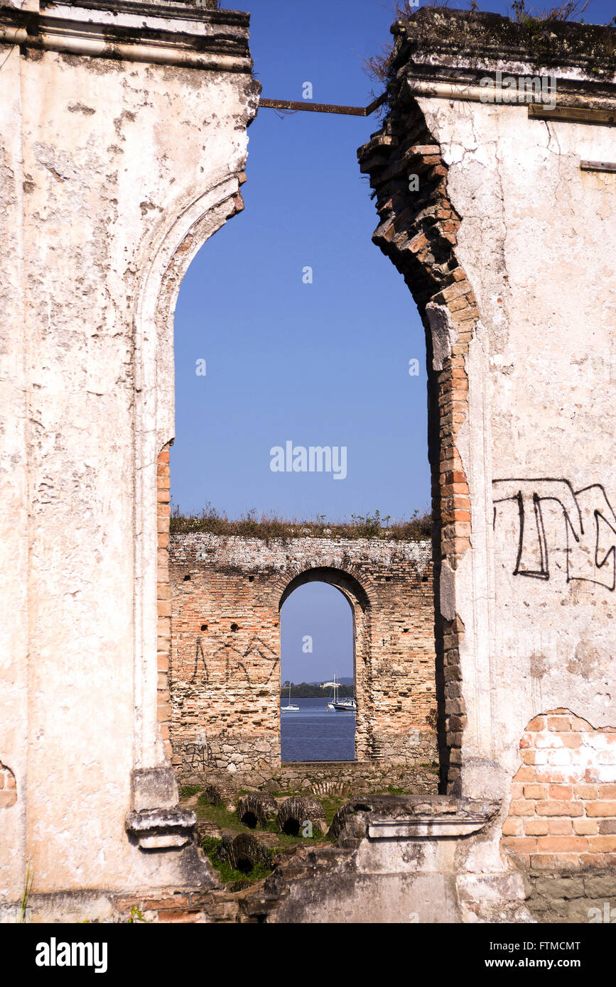Ruins of the old townhouse Lease Macedo on the shore of the Bay of Paranagua - Stock Image