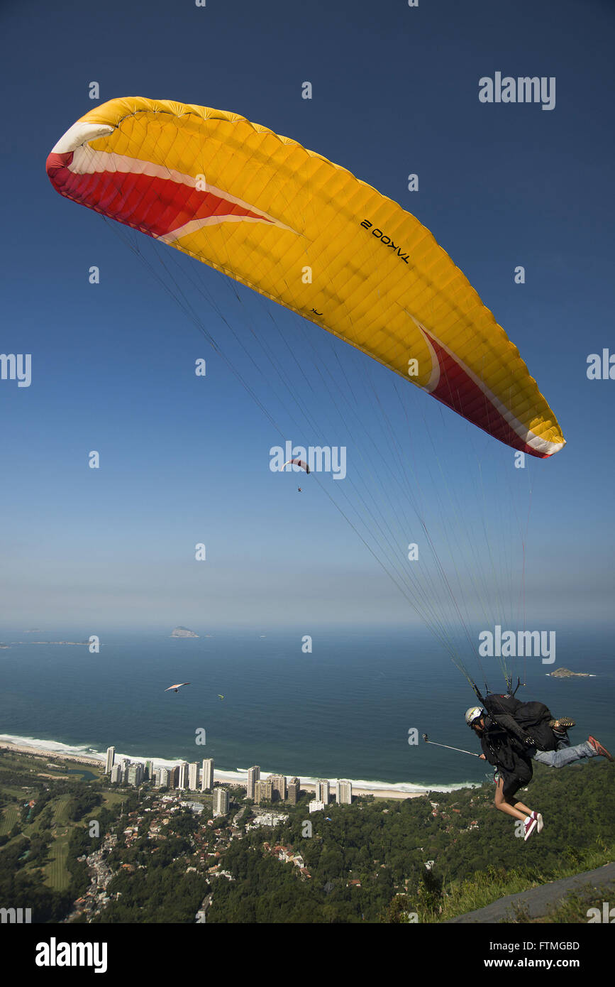 Takeoff paragliding tandem flight on the ramp of Pedra Bonita - Sao Conrado - southern city - Stock Image