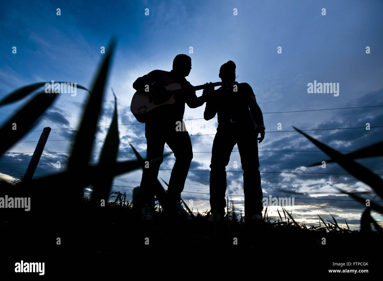 Bluegrass duo singing in a rural town Rolim de Moura - Stock Image