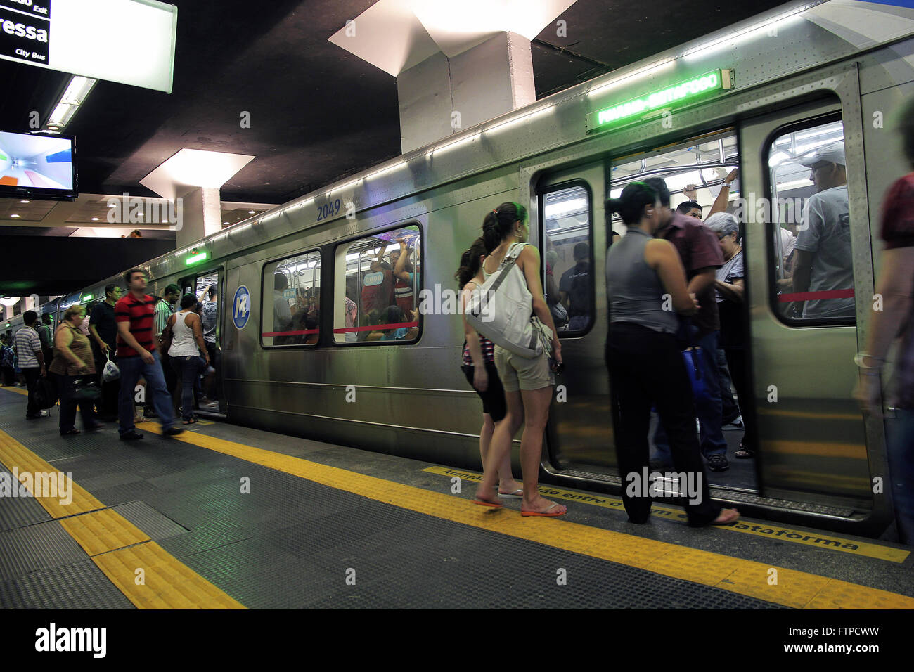 Embarkation and disembarkation of passengers in railway Largo do Machado metro in Cattete - Stock Image