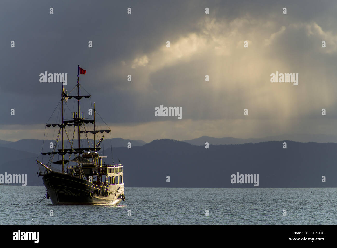 Schooner anchored at Ponta das Canas Beach - neighborhood Cachoeira do Bom Jesus - Baia Norte - Stock Image