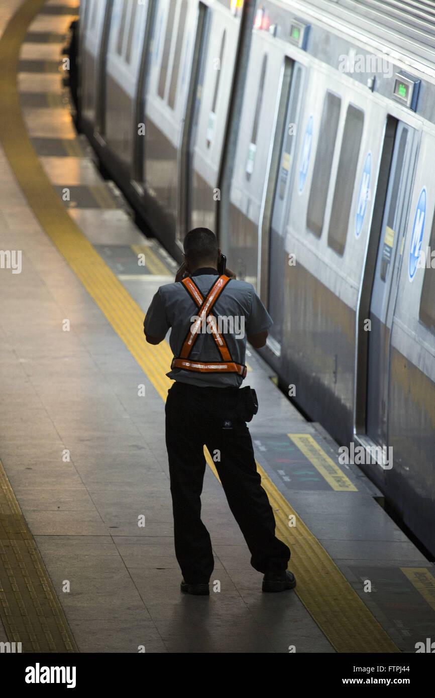 Worker at the subway station platform Pavuna - Stock Image