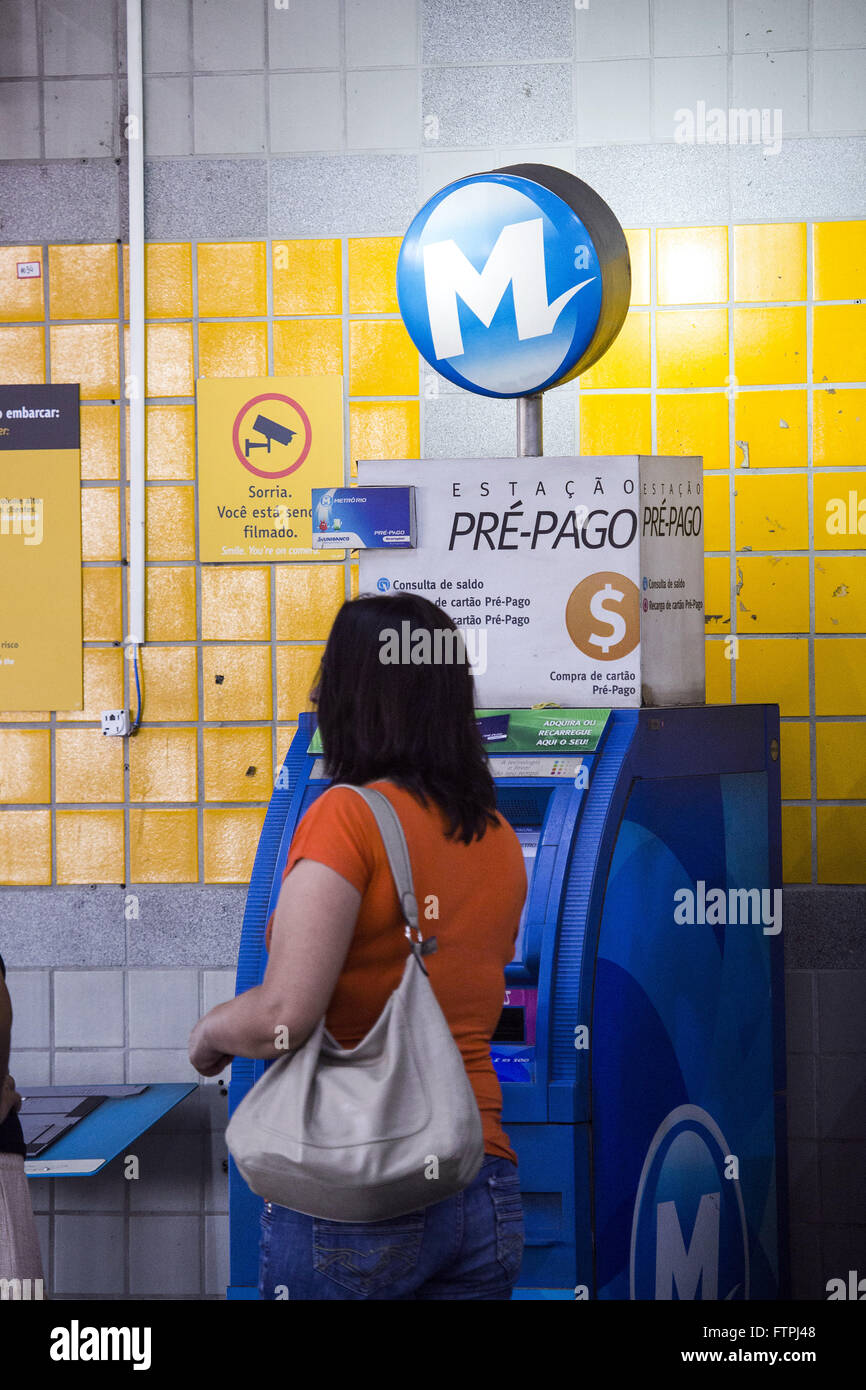 Passenger on the machine for prepaid card recharge the subway station Pavuna - Stock Image