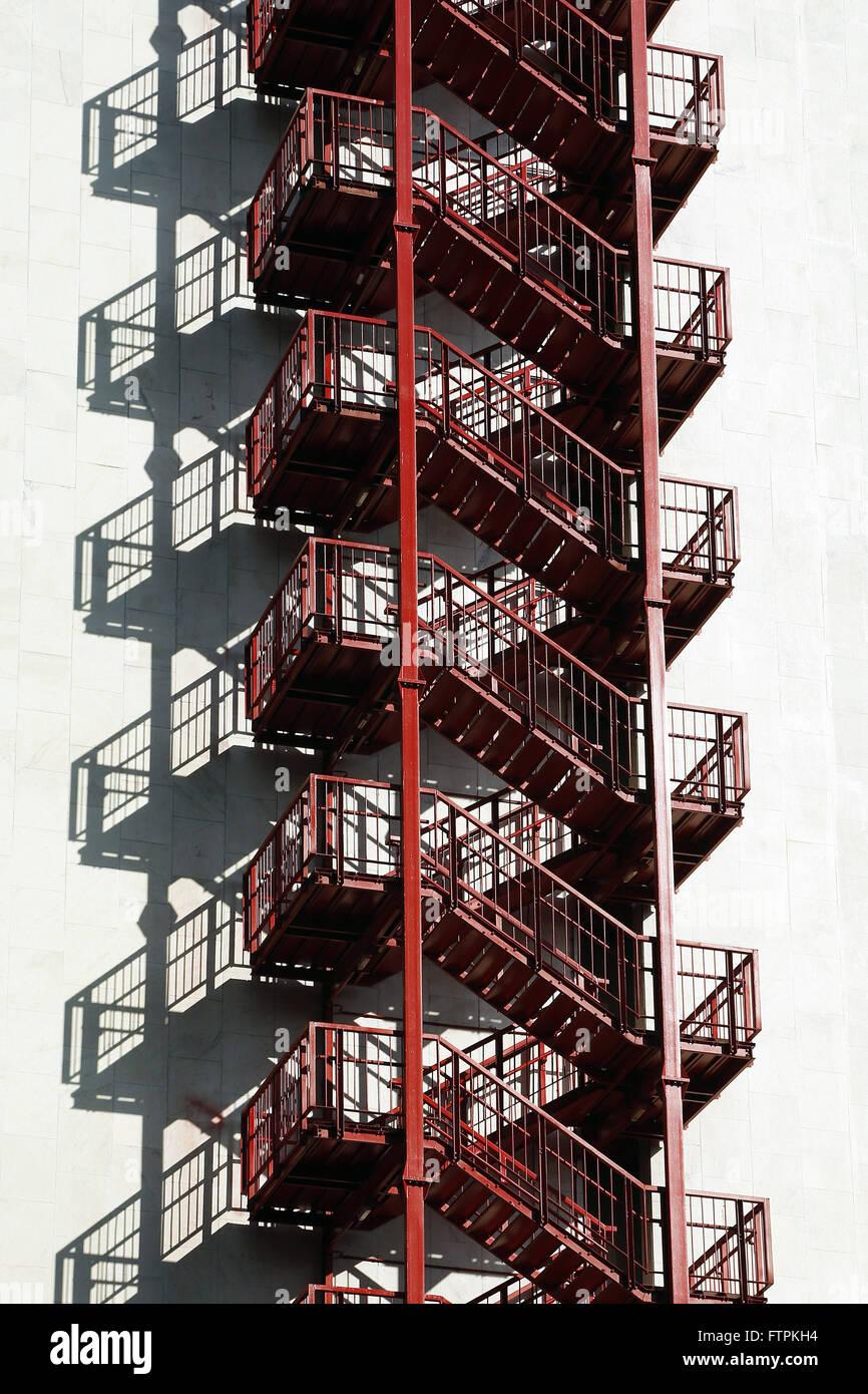 Escada de emergencia na lateral de edificio de escritorios - Stock Image