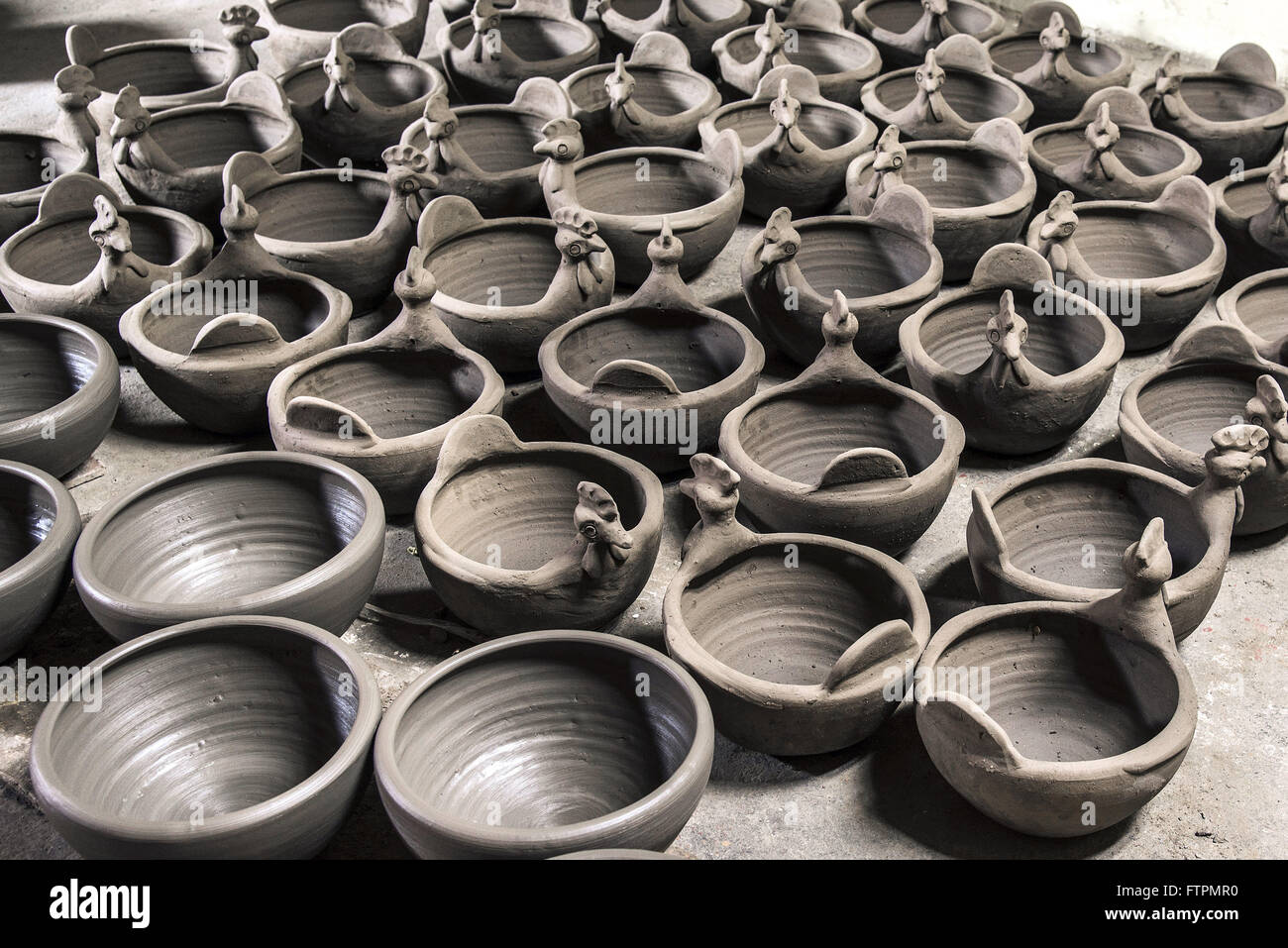 Crafts in clay ready to be burned, painted and marketed - the Moura Alto neighborhood - Stock Image