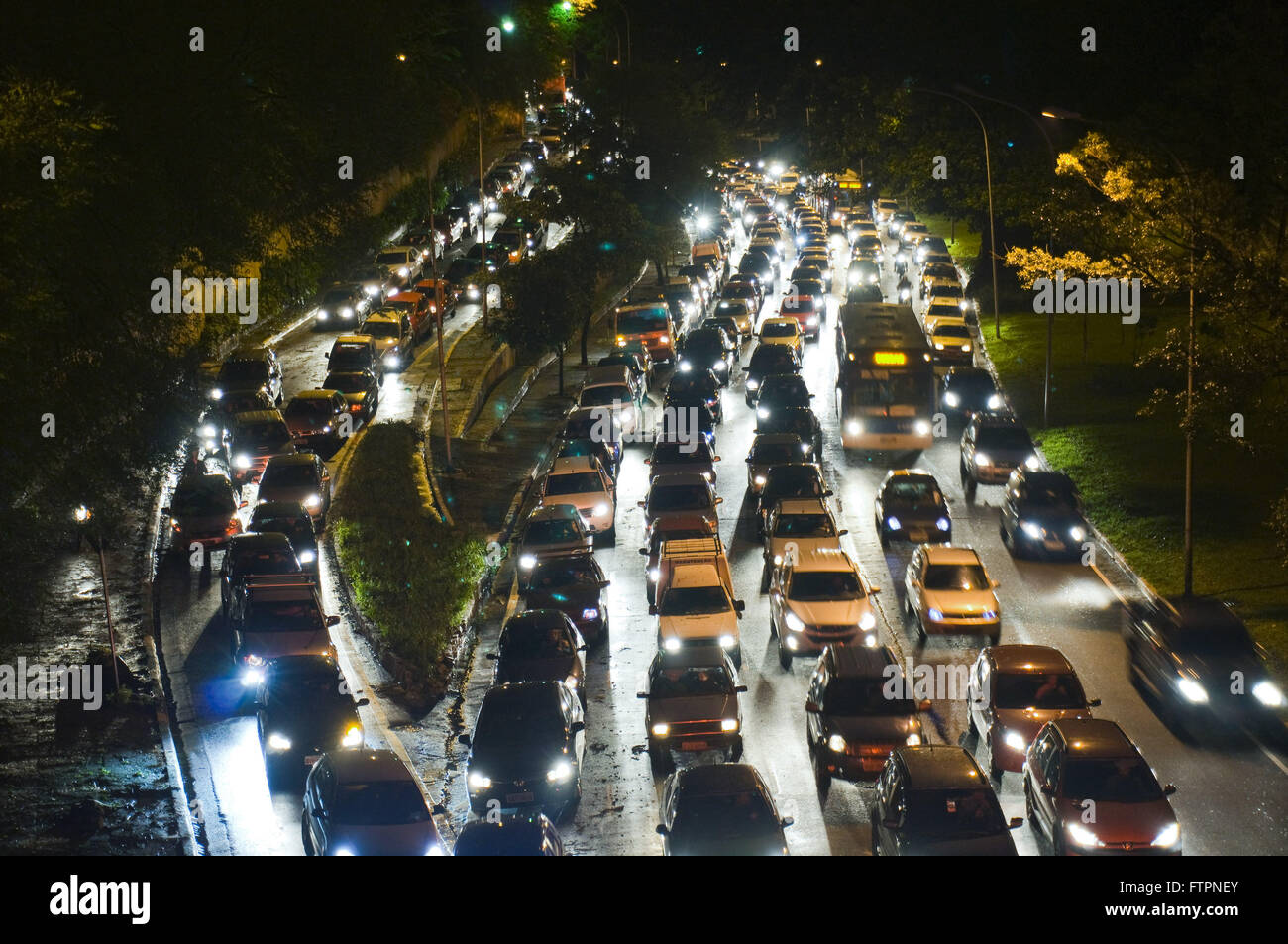 Night view of Avenida 23 de Maio congested after temporal - Stock Image