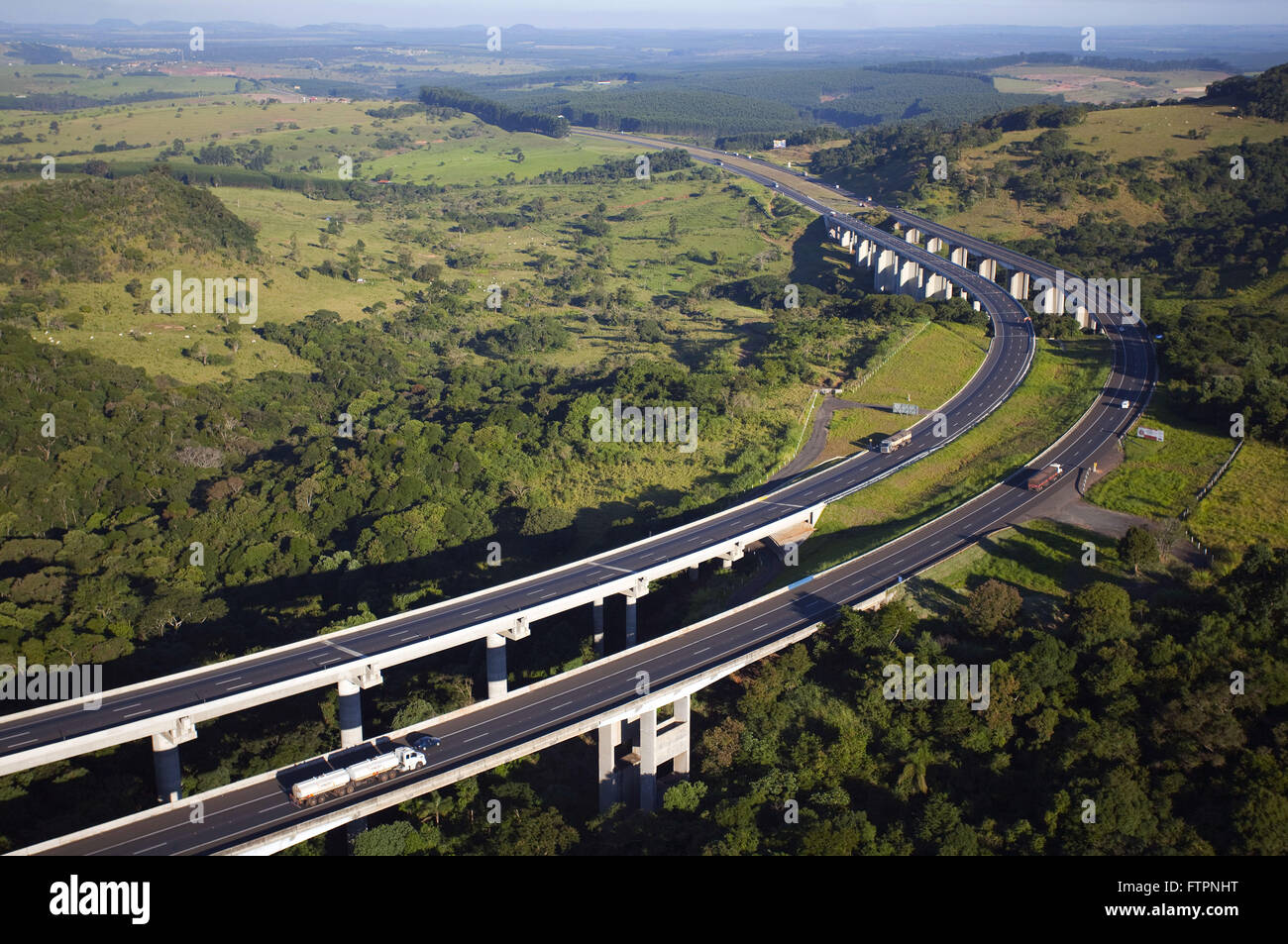 Aerial view of the highway overpasses Castelo Branco SP-280 in the hills of Botucatu - Stock Image