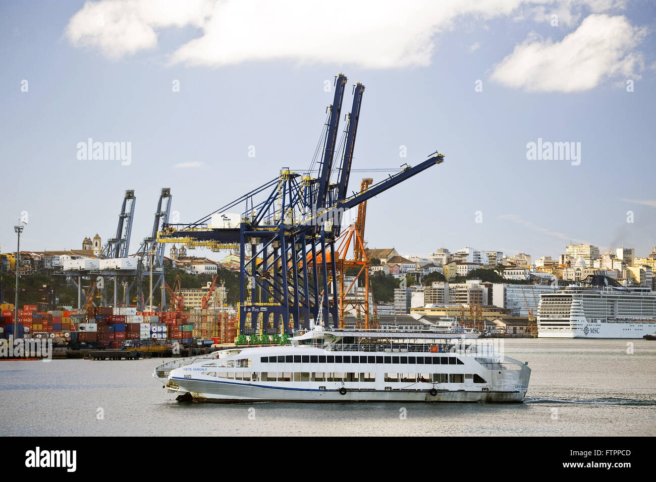 Cranes at the Port of Salvador with cruise ships - Stock Image