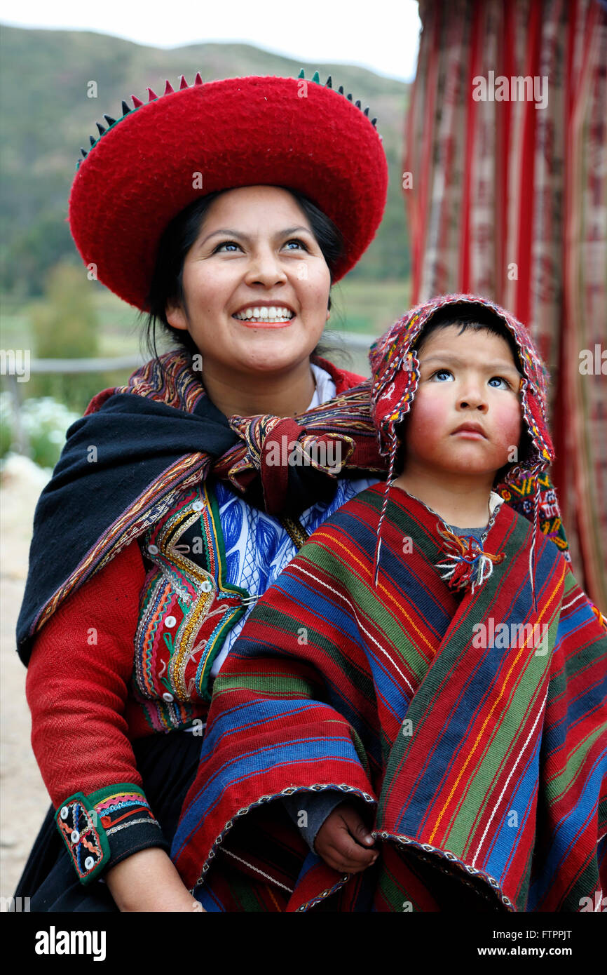 Quechua woman and boy, El Balcon del Inka, Chinchero, Cusco, Peru - Stock Image