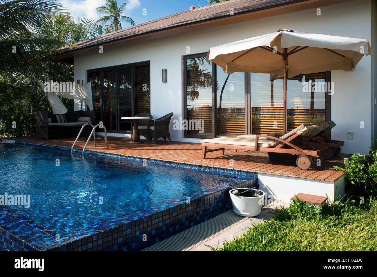 Swimming pool and outside luxury villa in the residence for Hotel luxury zanzibar