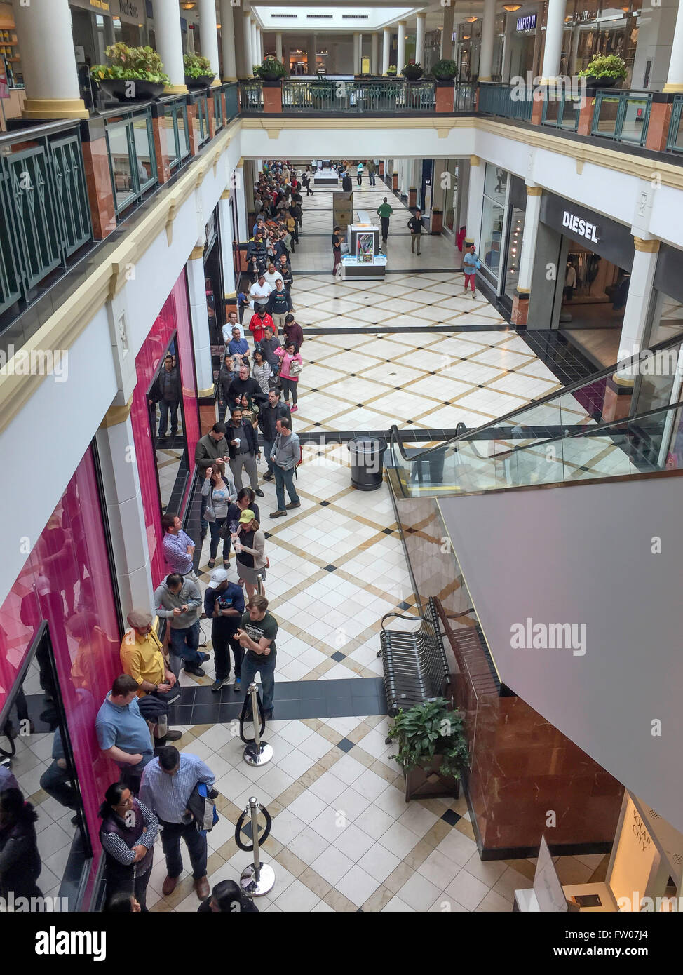 Pennsylvania, USA. 31st Mar, 2016. Hundreds of people wait in line inside the King of Prussia Mall to reserve a Stock Photo