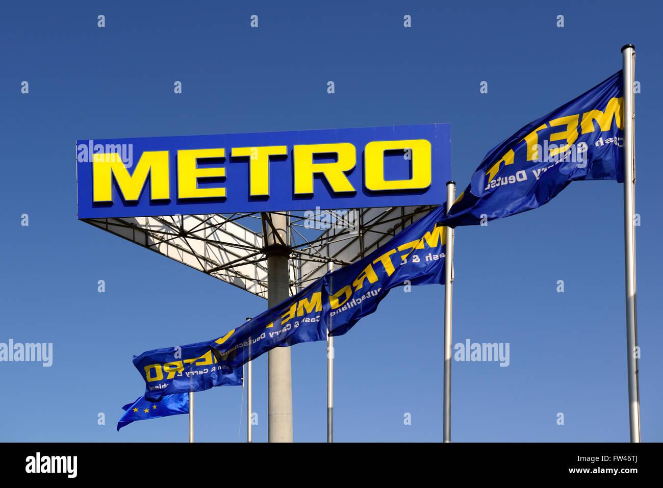 Schriftzug und Fahnen der Metro AG, Europas groesstem Einzelhandelskonzern, Berlin, Deutschland, Europa, oeffentlicherGrund Stock Photo