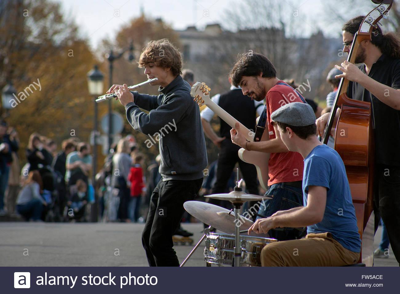 Musicicans on Pont Saint Louis, Paris - Stock Image
