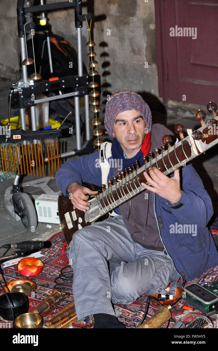 busker in Spain playing sitar, Indian stringed plucked instrument - Stock Image