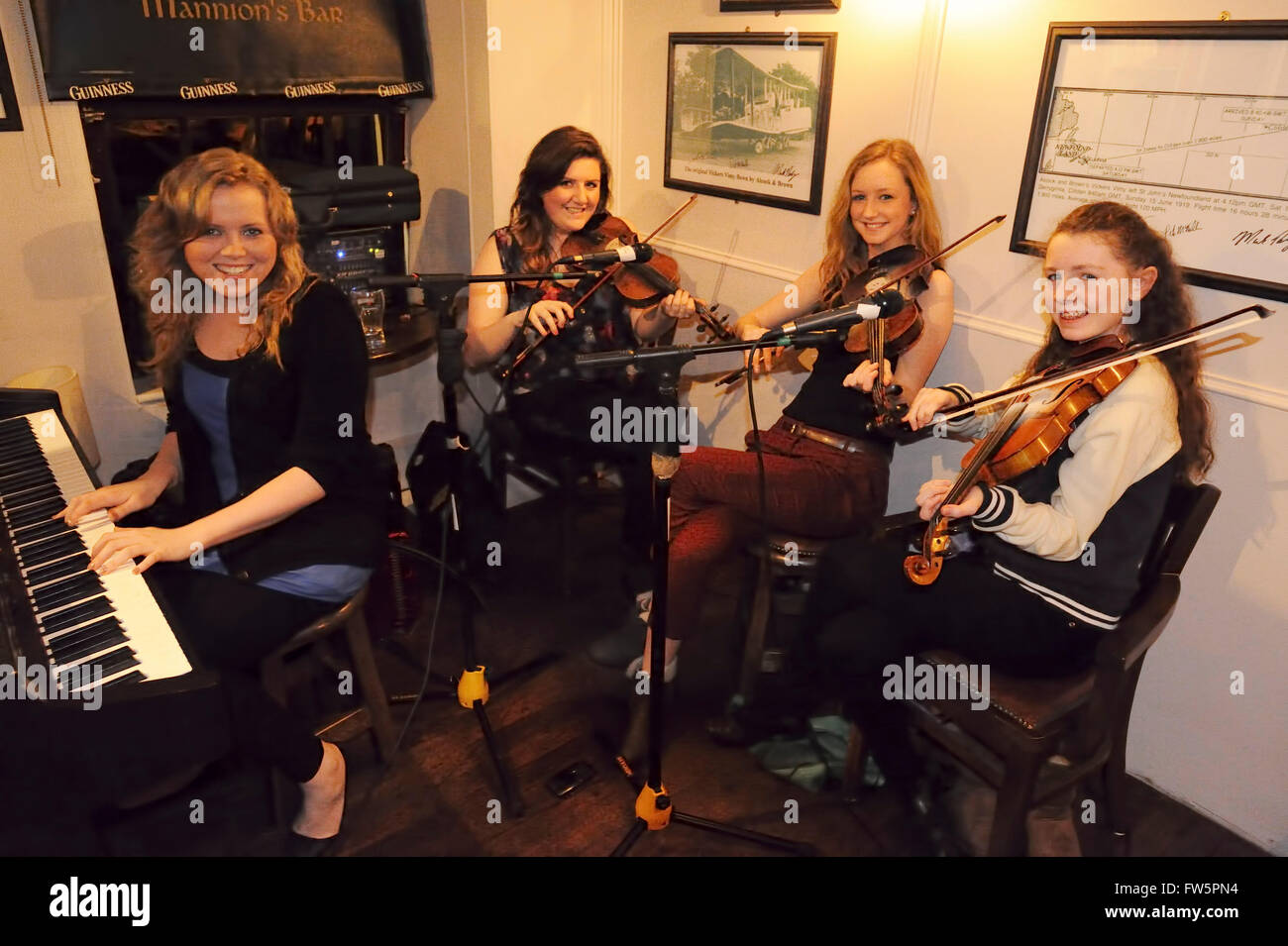 Irish pub music, 4 girls, fiddles and piano