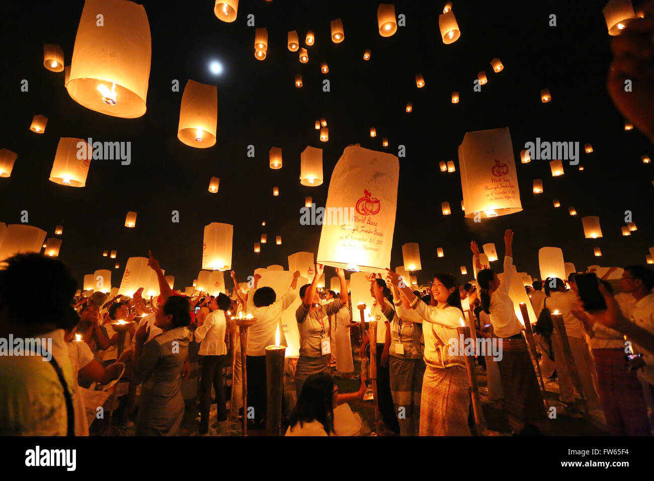 People letting sky lanterns rise, light and peace festival, World Peace Festival the Dhammakaya Foundation, Dawei - Stock Image