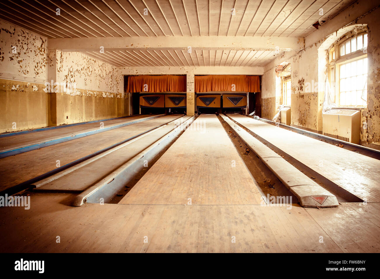 Orangeburg, New York, USA  - February 17, 2016:   Abandoned bowling alley inside recreation center at Rockland Psychiatric - Stock Image
