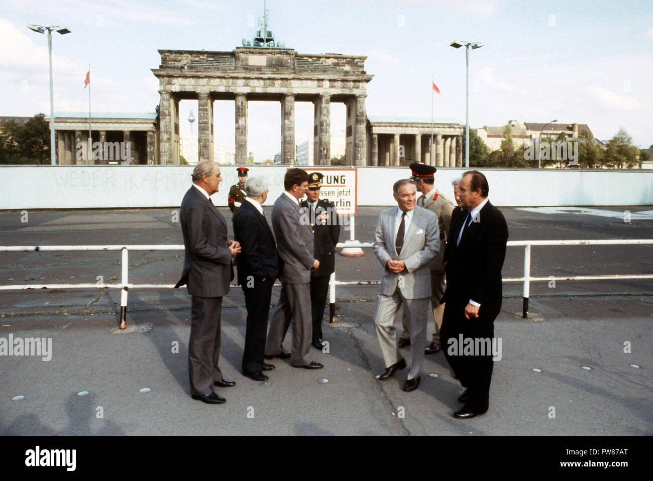 US general and politician Haig (2nd of right) and German foreign minister Hans-Dietrich Genscher (r) visit Brandenburg Gate on 13 September 1981. Stock Photo