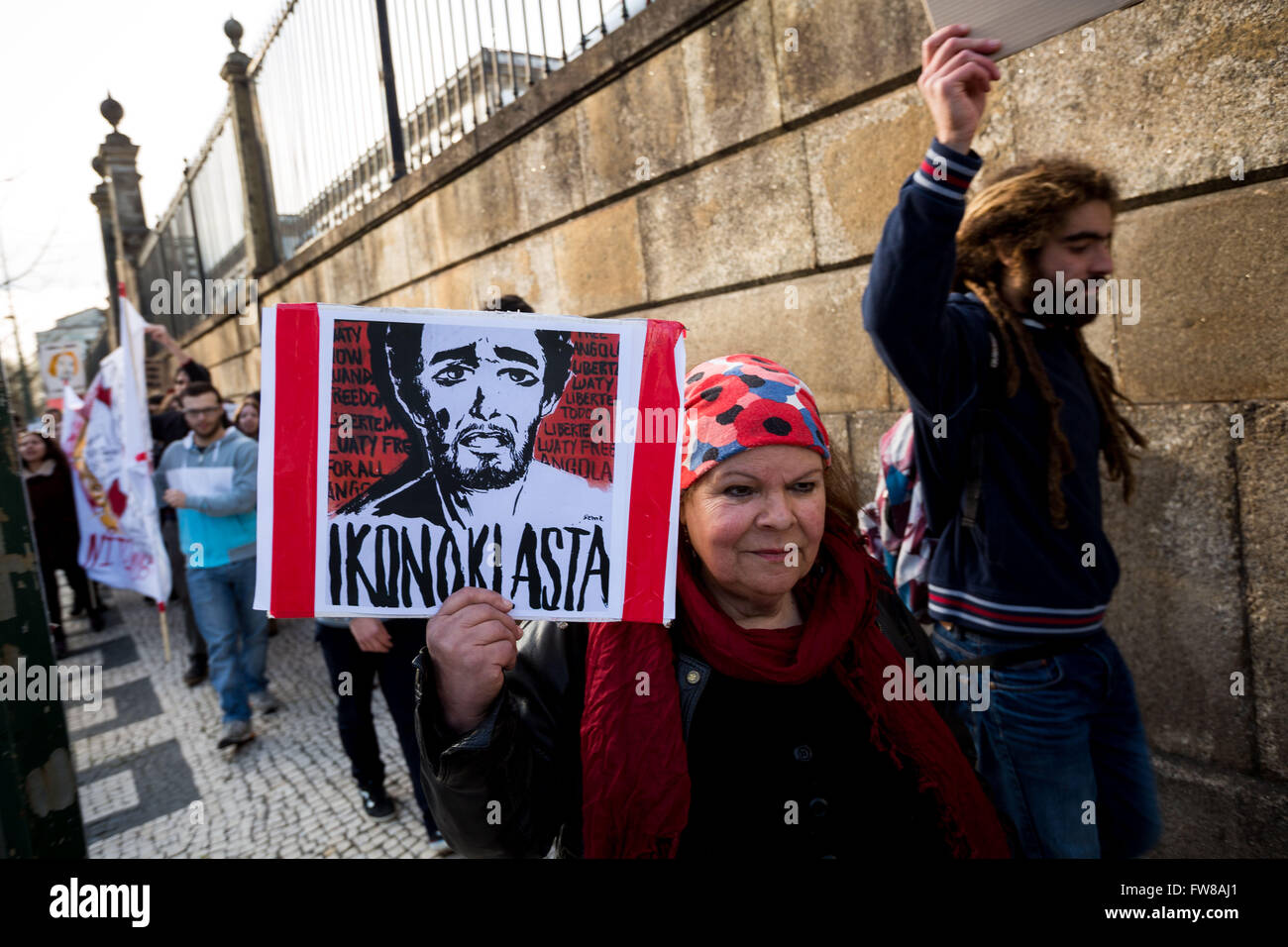 Porto, Portugal. 01st Apr, 2016. About a hundred people gathered today at 16h Friday at the Boavista roundabout - Stock Image
