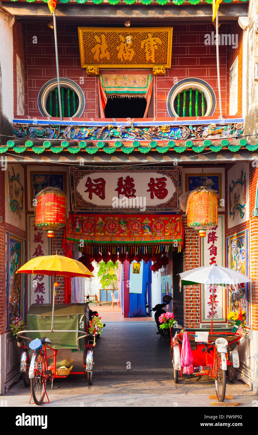 Rickshaw tricycles near the entrance to Hock Teik Cheng Sin Temple, Armenian Street, Penang, Malaysia - Stock Image