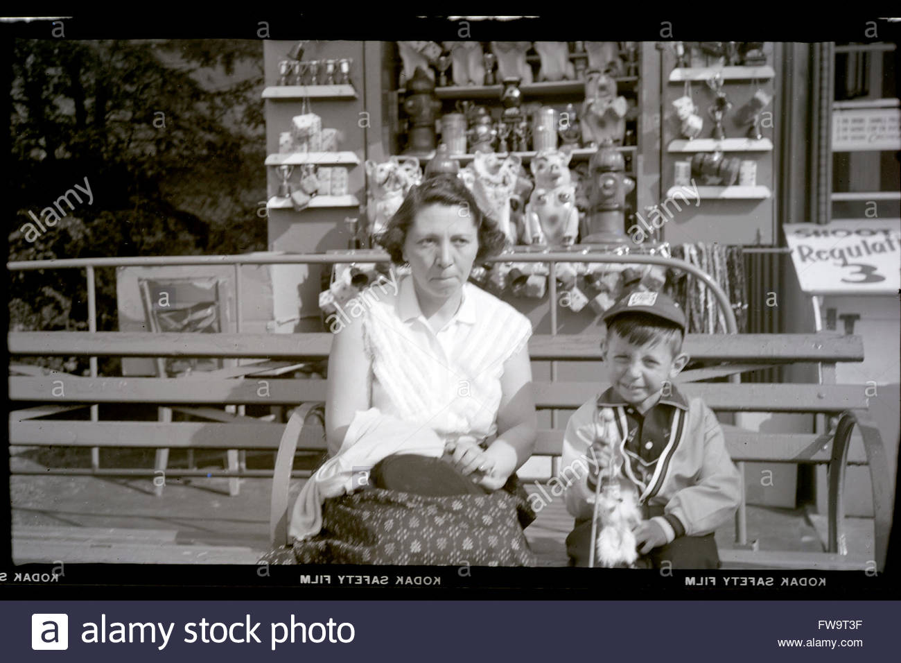 mother with child on a day out 1950s USA - Stock Image