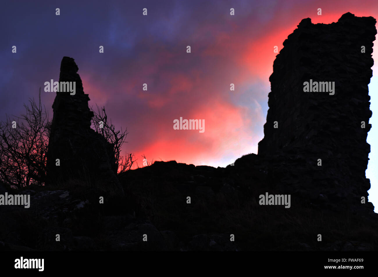 Sunrise over the ruined castle of Caisteal Maol - Stock Image