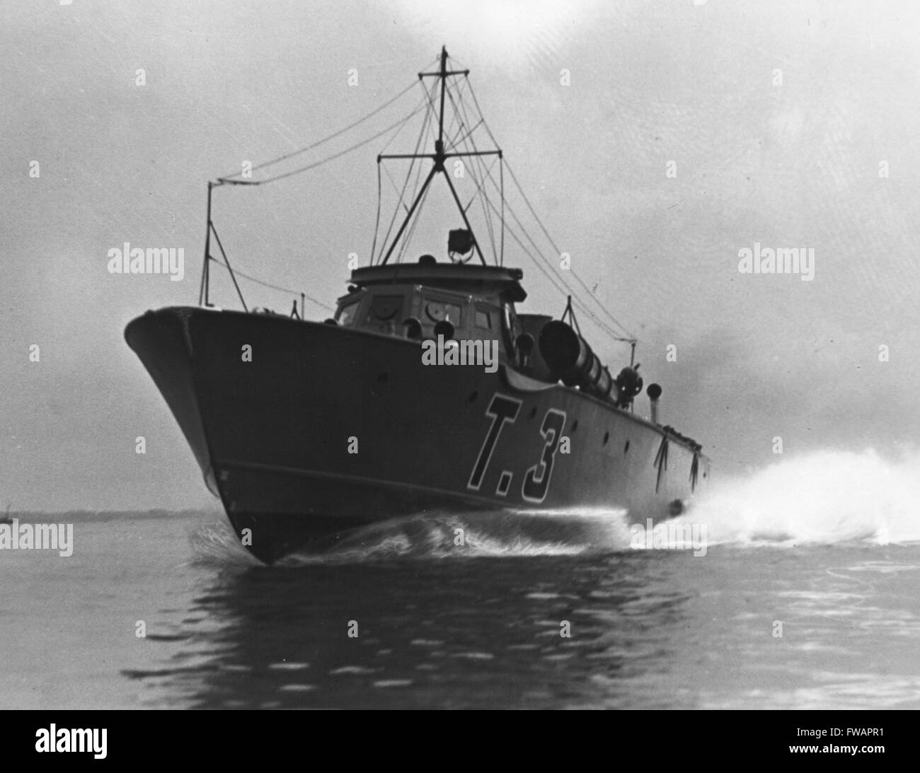 AJAXNETPHOTO. 1939. SOLENT, ENGLAND. - HIGH SPEED SPECIAL - T3 AND A SISTER SHIP T4 BUILT BY VOSPER LTD PORTSMOUTH - Stock Image