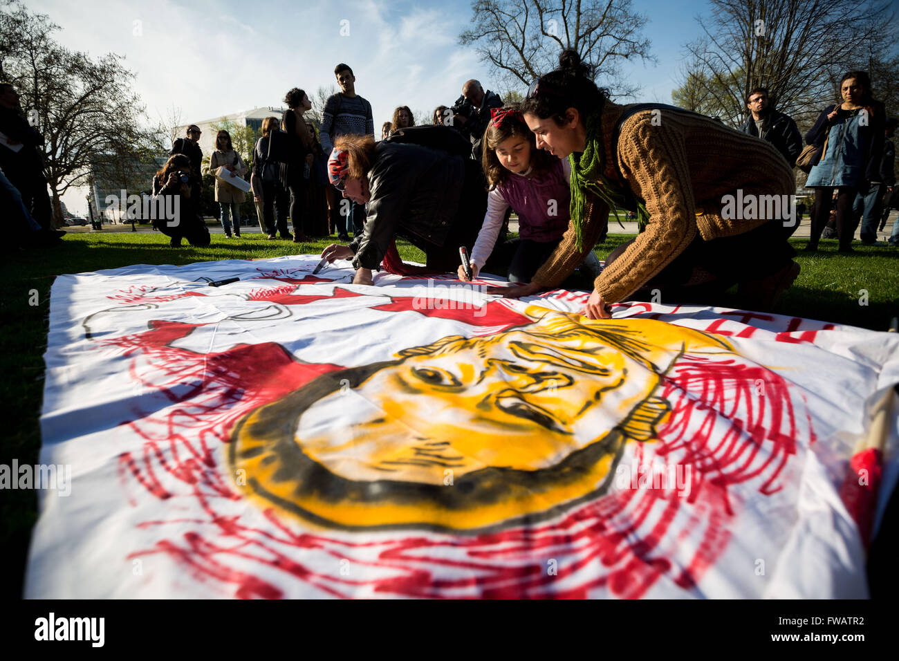 Porto, Portugal. 01st Apr, 2016. About a hundred people gathered at the Boavista roundabout to paint a track and - Stock Image