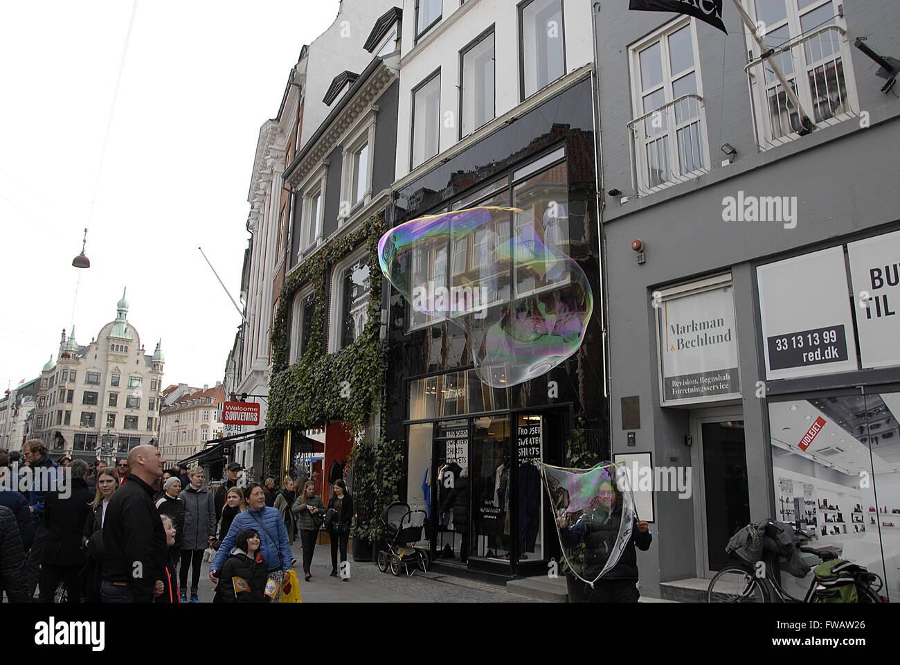 COPENHAGEN / DENMARK_ 02 April 2016 _Male entertaining wih soap bubble on stroeget                Photo.Francis - Stock Image