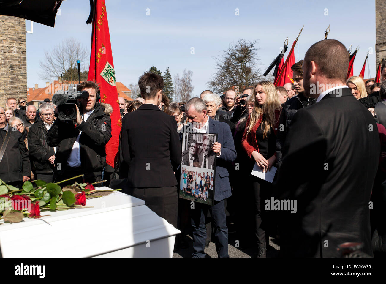 Copenhagen, Denmark, April 2nd, 2016. Family and freinds are gathered at the hearse for the last goodby to former Stock Photo