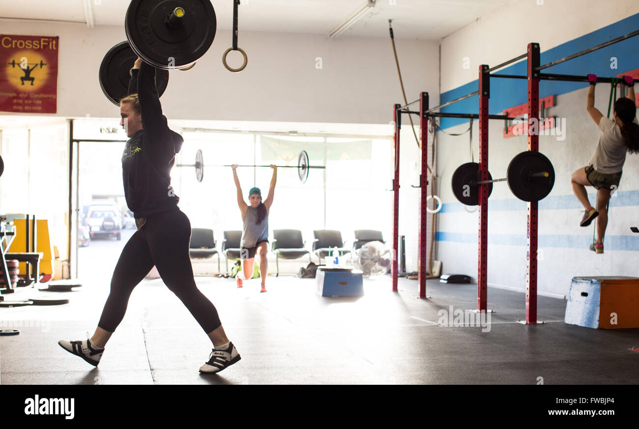 Young woman working out at a CrossFit box in California. - Stock Image