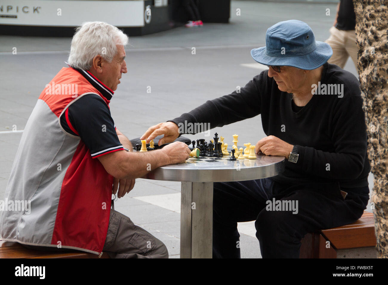 Candid photography of street chess game at surfers paradise - Stock Image