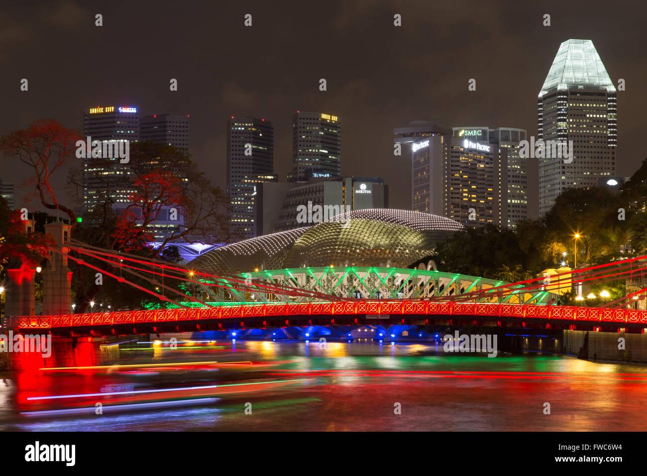 Singapore, Singapore - February 02, 2015: Famous Cavenagh bridge by night - Stock Image
