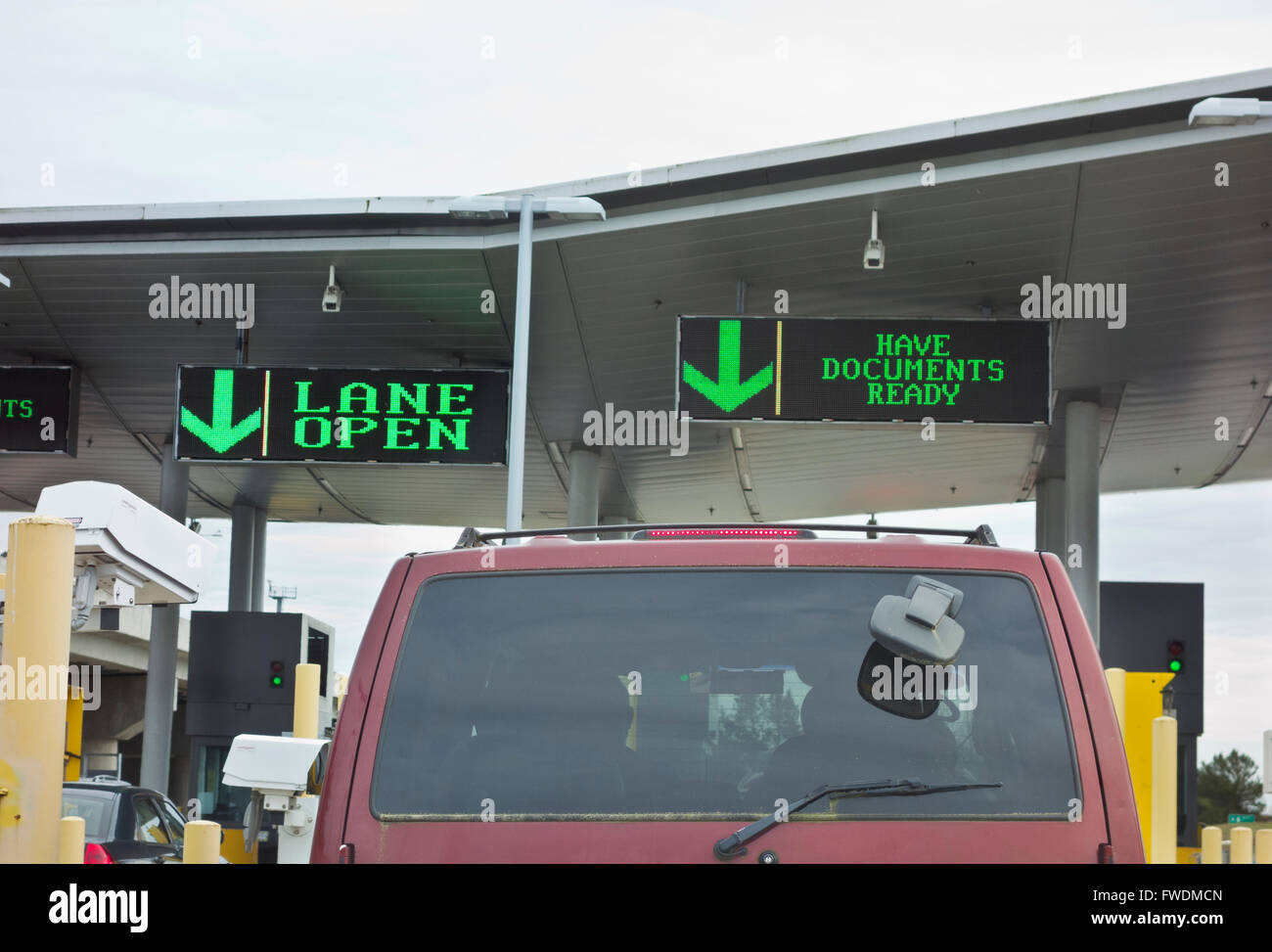 Border crossing into United States (Blaine, Washington State) from Canada (Surrey, British Columbia).  Peace Arch - Stock Image