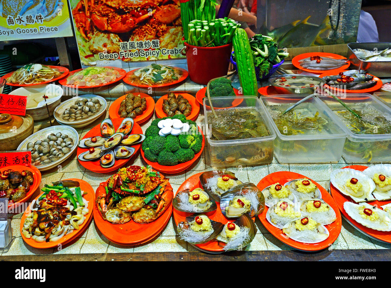 Plates with food, seefood restaurant, Night market, Temple Street, Kowloon, Hongkong, China - Stock Image