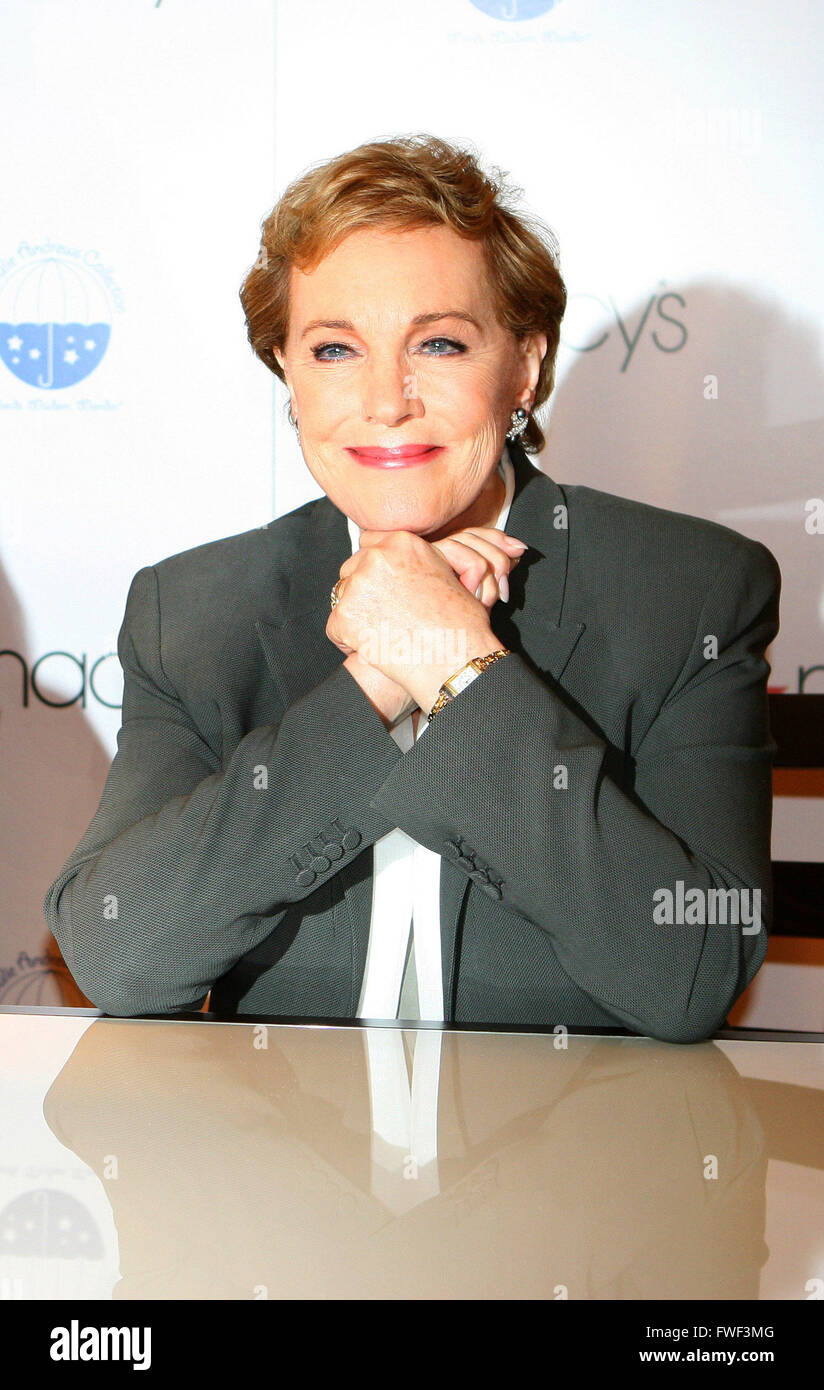 Julie Andrews promote 'Julie Andrews' Collection of Poems, Songs and Lullabies' at Macy's Herald - Stock Image