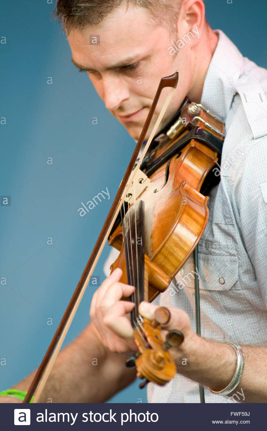 Sam Lakeman playing the violin at the Wychwood Festival, UK, 31 May 2009. - Stock Image
