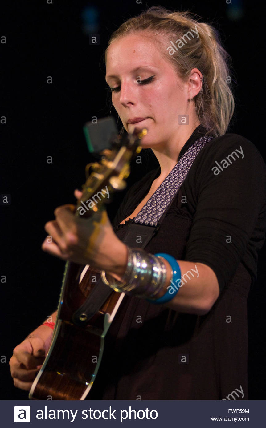 Ella Edmondson, Singer songwriter performing at the Wychwood Festival, UK, 29 May 2009. - Stock Image