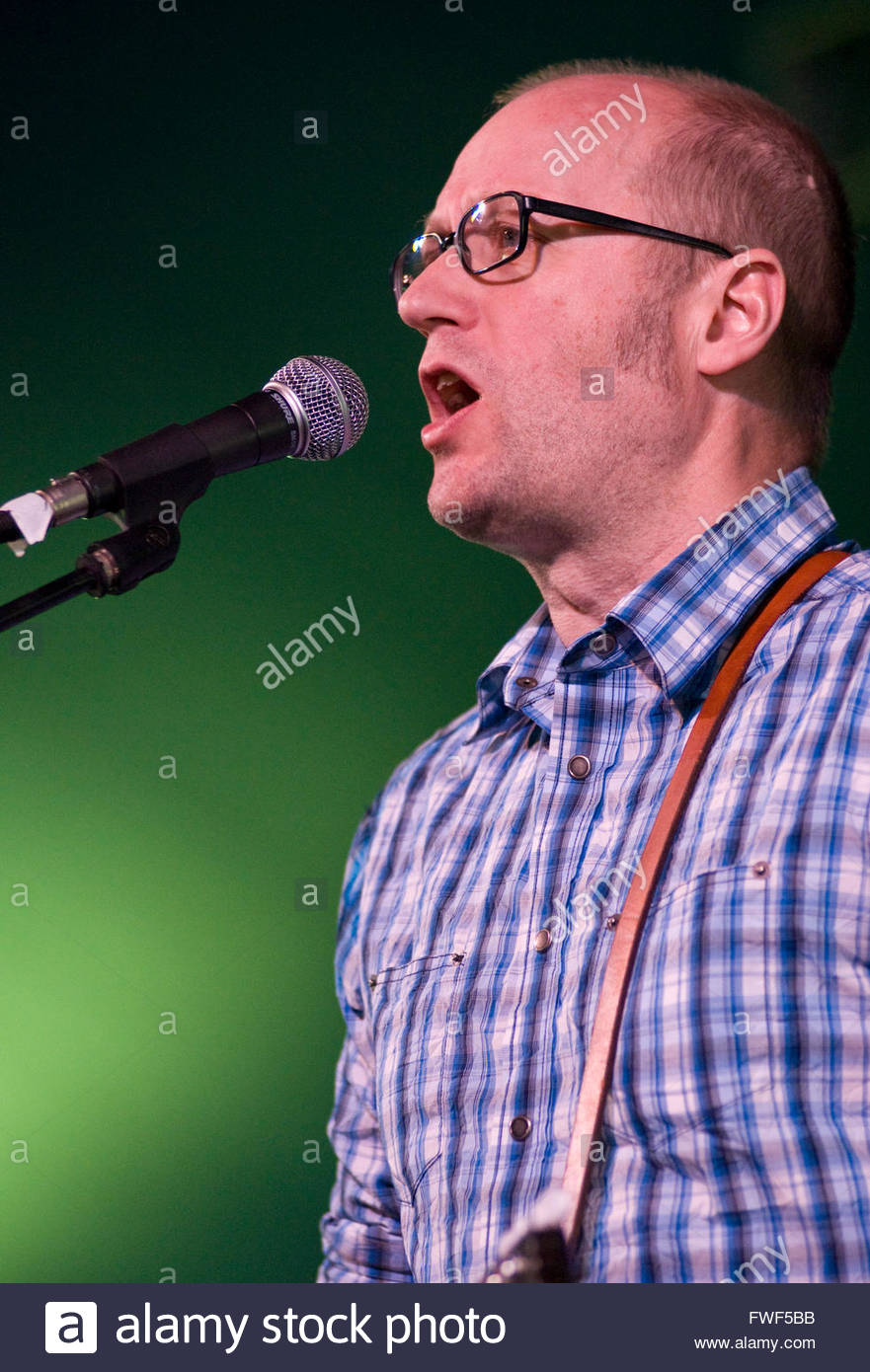 Adrian Edmondson, lead singer performing with the Bad Shepherds at the Wychwood Festival, UK, 30 May 2009. - Stock Image