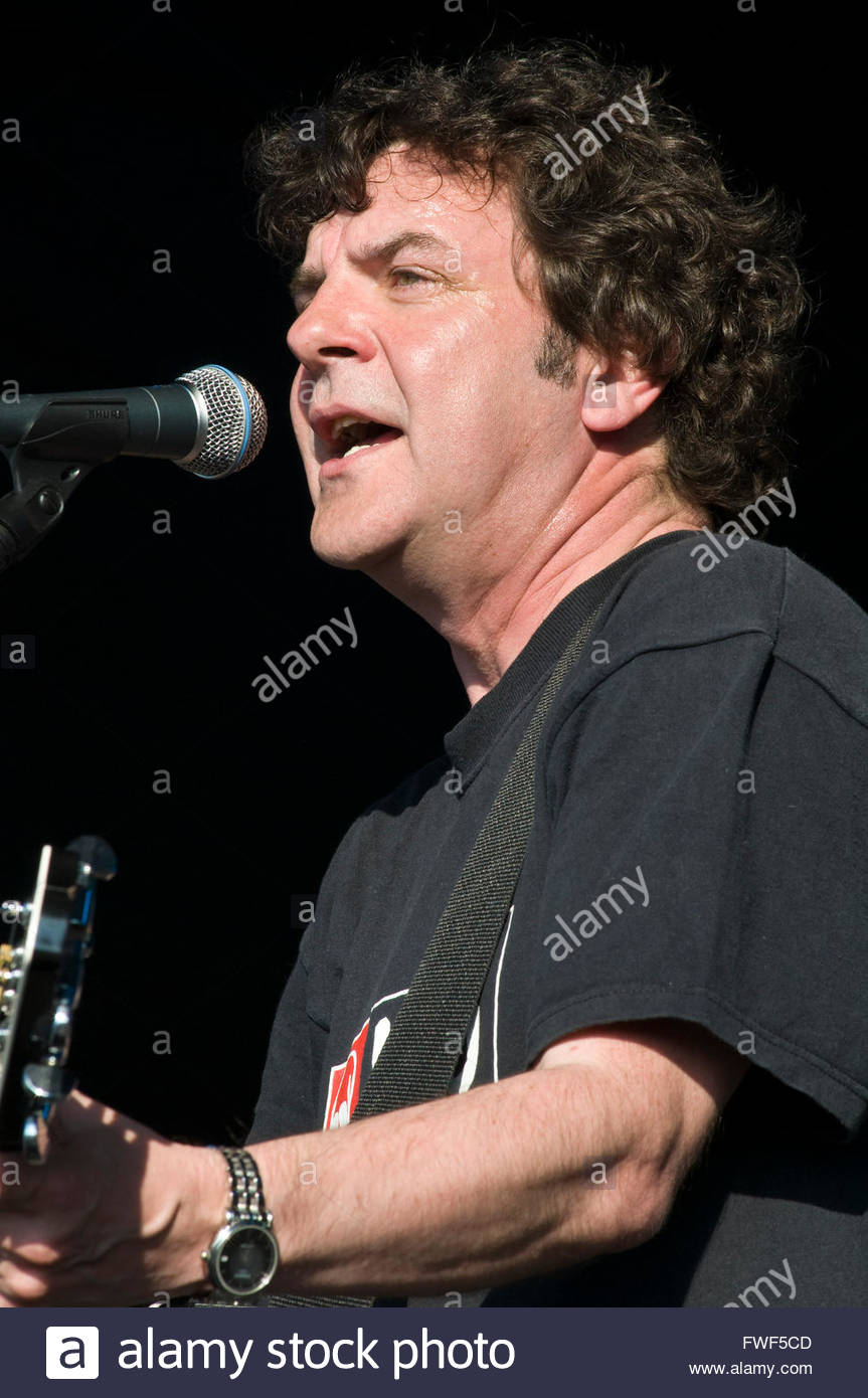The Men they Couldn't Hang (Phil 'swill' Odgers: Vocals and guitar) performing at the Wychwood Festival, - Stock Image
