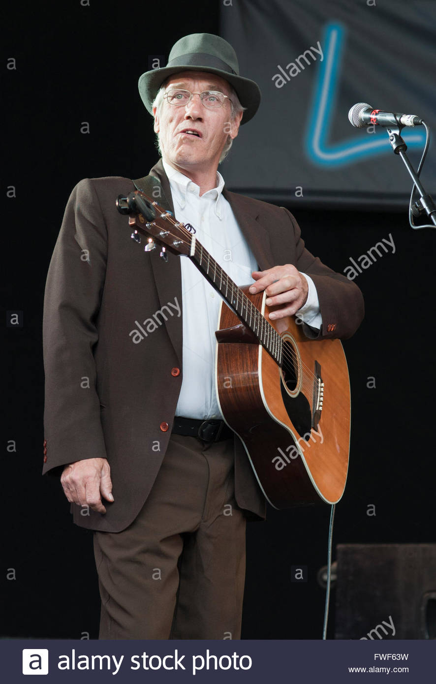 Peter Dunn of Americana skiffle band, The Buffalo Gals performing at the Larmer Tree festival, UK, 2011. - Stock Image