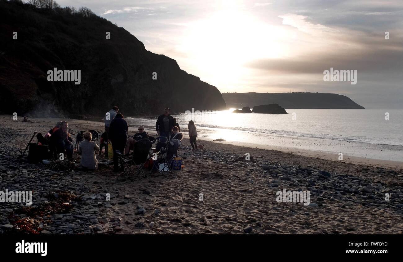 Tresaith, Wales, UK. 04th Apr, 2016. Weather UK Families make the most of the evening sun at Tresaith in West Wales - Stock Image