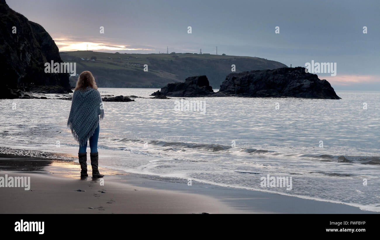 Tresaith, Wales, UK. 04th Apr, 2016. Weather UK A walker enjoys the evening sun at Tresaith in West Wales as the - Stock Image