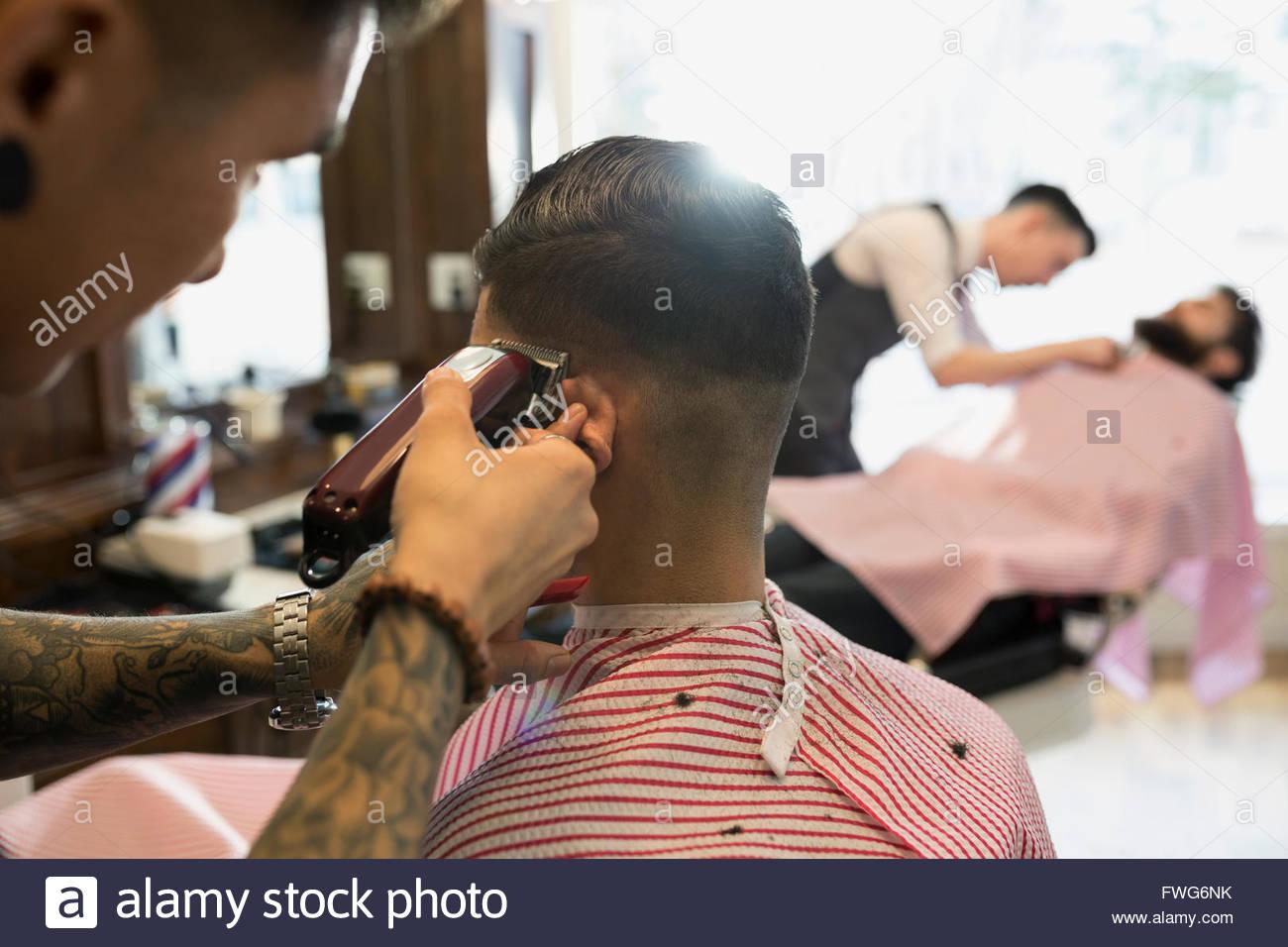 Barber shaving man - Stock Image