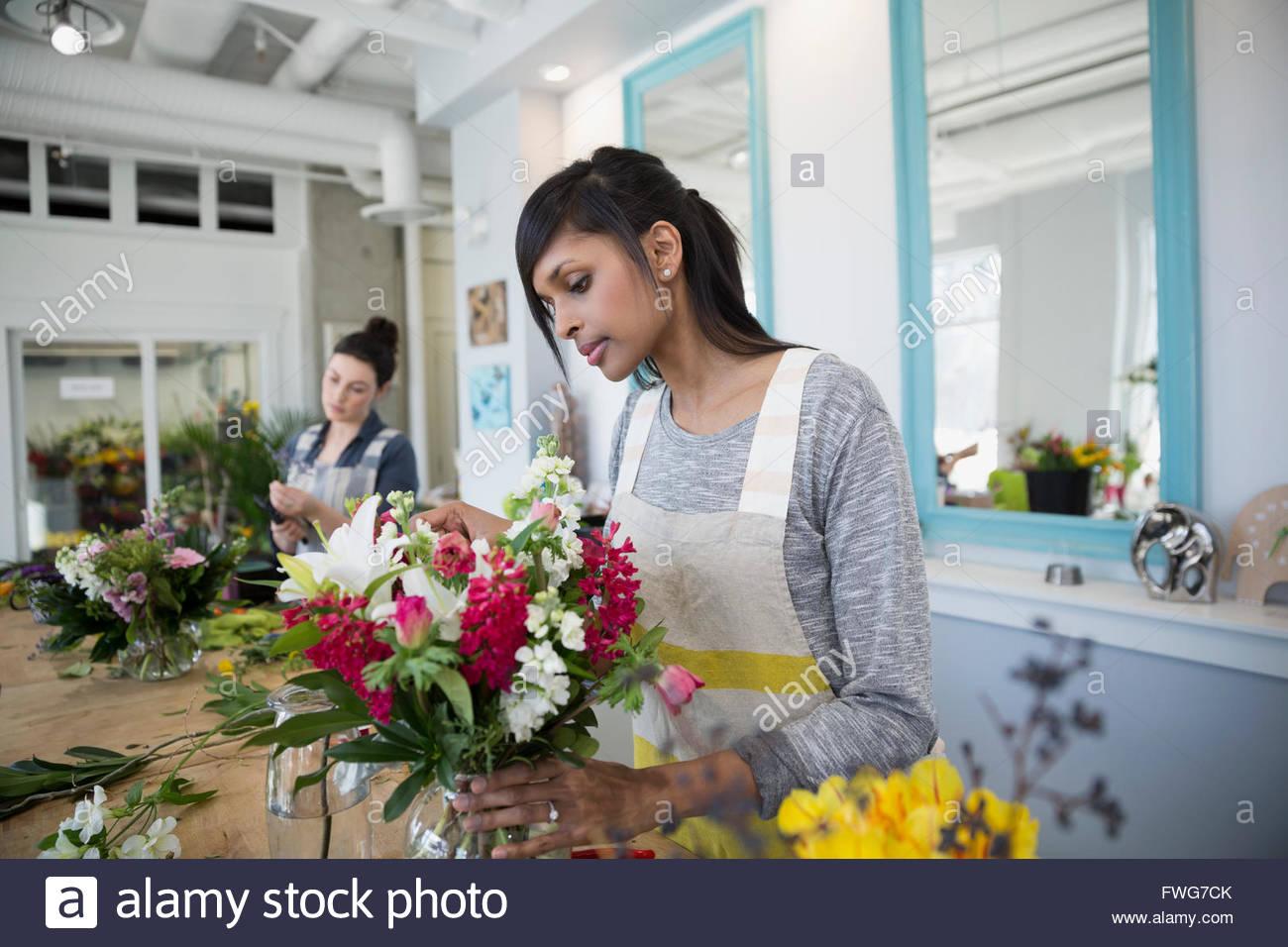 Florist arranging flower bouquet in flower shop - Stock Image